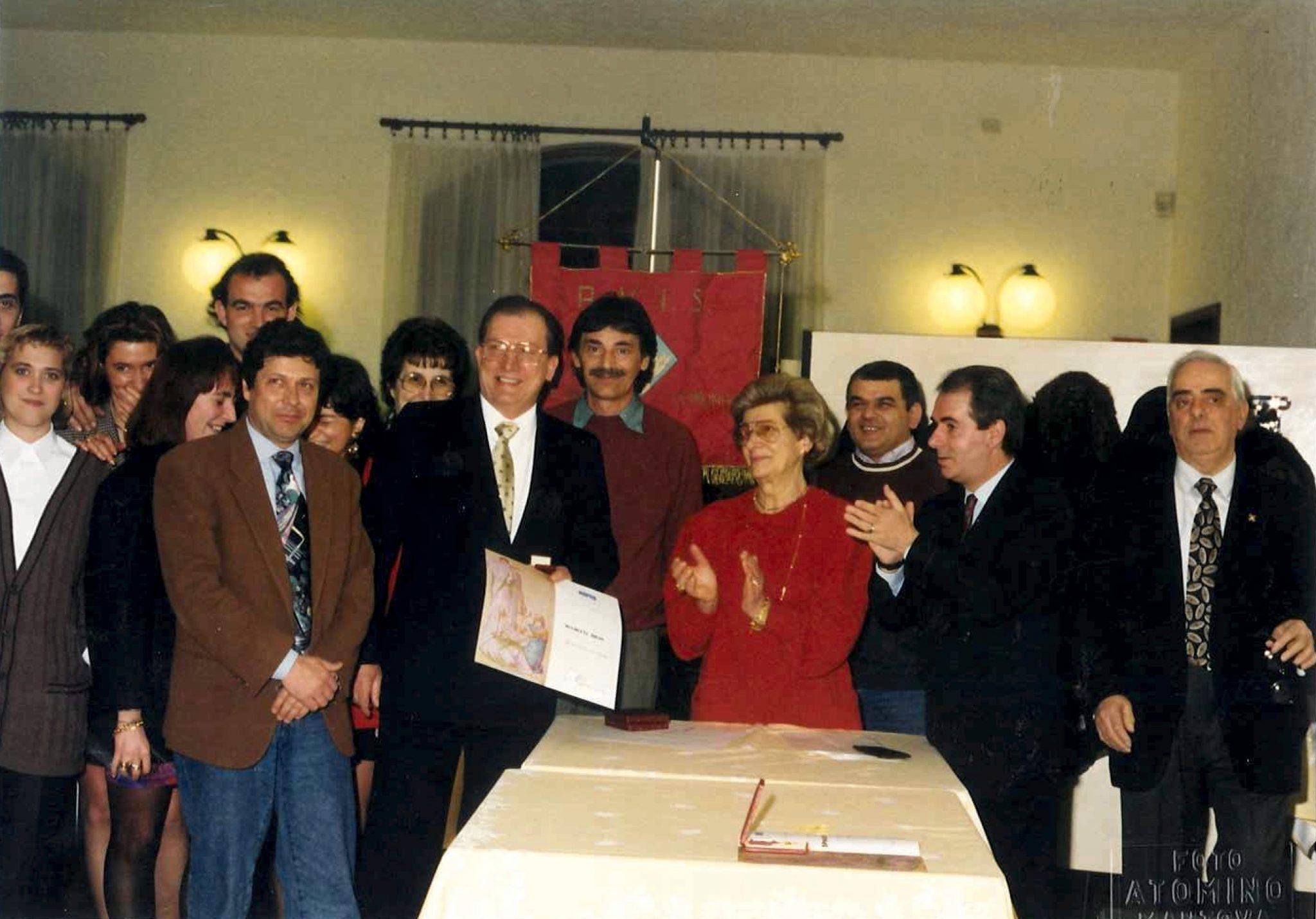 Gentile Favini e l'esecutivo di Avis comunale premiano la famiglia Muchetti dove tutti erano di donatori